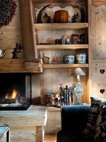Cheminée à foyer fermé dans le salon d'un chalet en bois