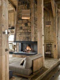 Cheminée à foyer ouvert dans le salon d'un chalet en bois