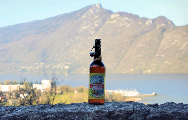 Biere de la brasserie du mont blanc, devant montagne