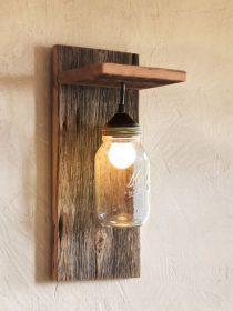 Luminaire fabriqué avec un bocal et du bois
