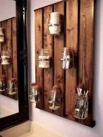 Planche de bois et bocaux pour ranger des accessoires de salle de bain