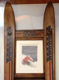 Cadre photo fabriqué avec des skis en bois