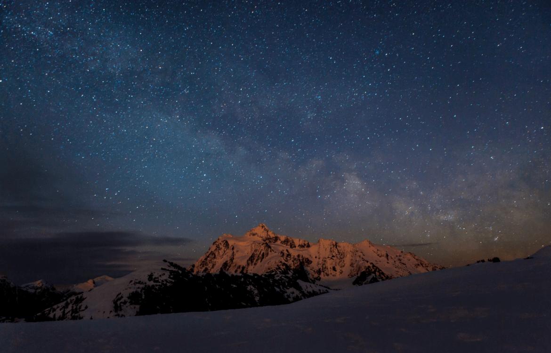 La montagne et le ciel étoilé