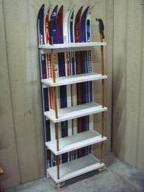 Bibliothèque fabriquée avec des skis et des batons