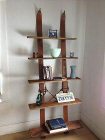 Bibliothèque tout en bois avec des skis