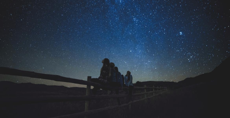 Personnes qui regardent les étoiles en montagne