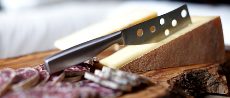 Plateau de fromages savoyards et saucisson