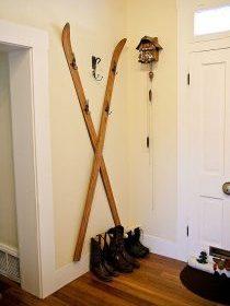 Porte manteaux au mur avec des skis en bois