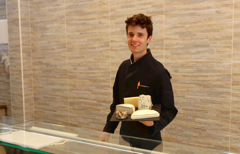 Le fromager Romain Guibert, dans sa fromagerie a aix les bains