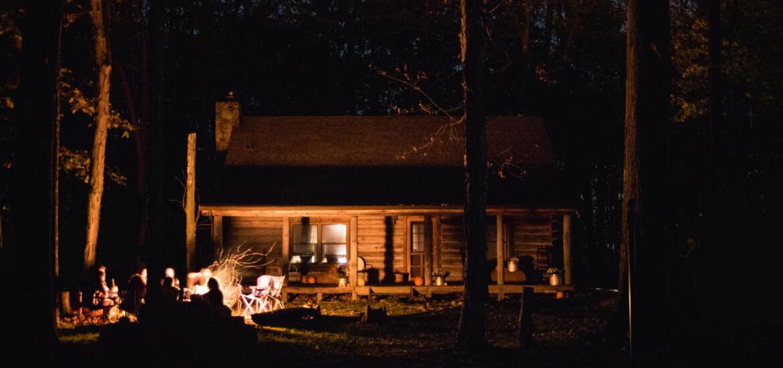 Nuit dans un fuste en bois à la montagne