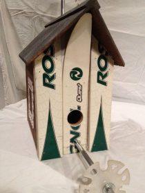 Maison pour oiseaux fait en spatules et avec un baton