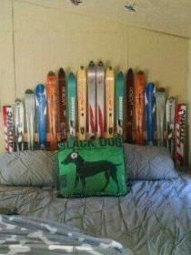 Tete de lit fabriquée des skis de différentes tailles