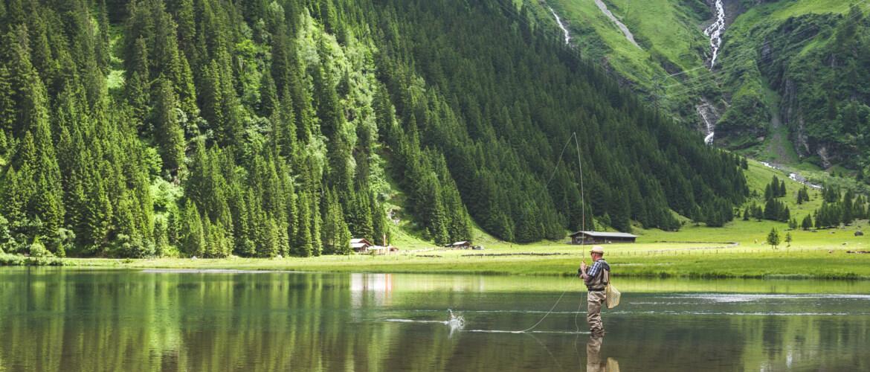 Peche dans lac de montagne