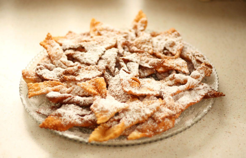 Assiette de bugnes savoyardes saupoudrées de sucre glace