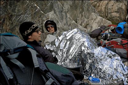 Utilisation d'une couverture de survie lors d'une randonnee en montagne
