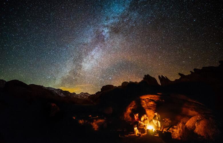Bivouac avec feu de camp en montagne