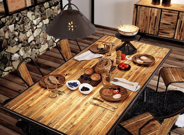Caquelon à fondue sur table en bois recyclé