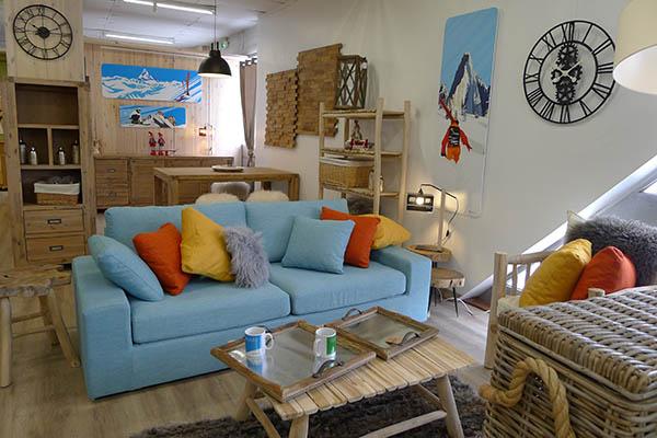 salon chalet moderne canapé bleu