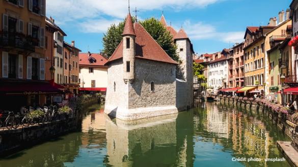 Annecy veille ville les bords du Thiou